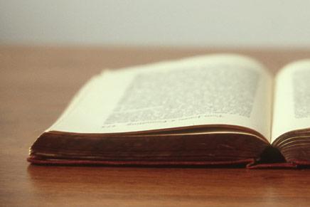 biblia aberta sobre mesa