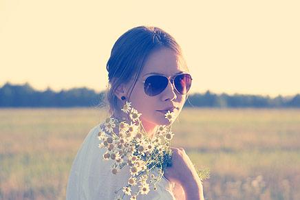Mulher segurando buquet de flores