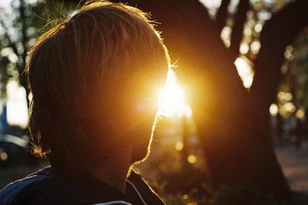 Homem olhando o sol
