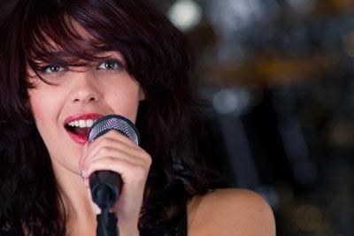cantora cantando